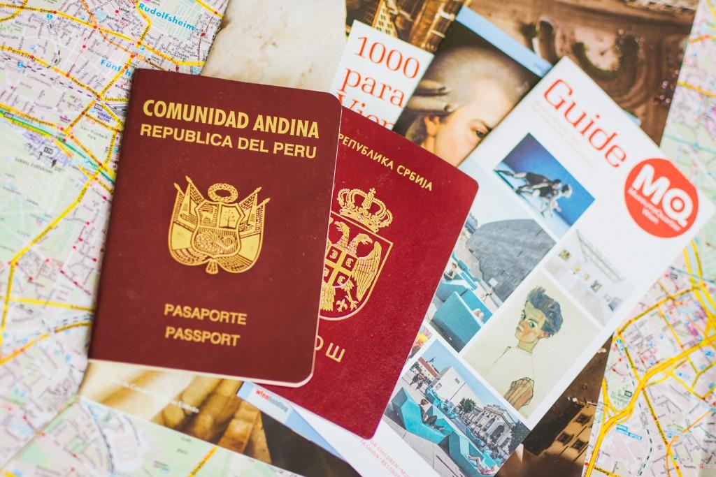Pasaportes vigentes y mapas. Foto: Sara Apaza.