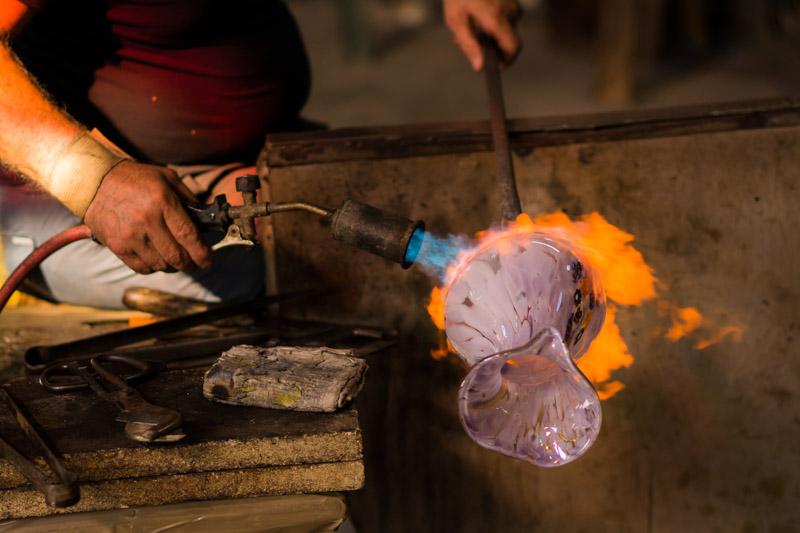Detalles de la elaboración de un jarrón de Murano. © Mare and Sara Photography.