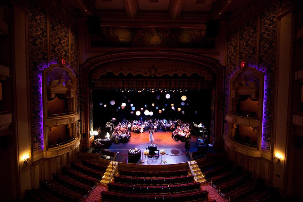 Boda en el Teatro The Granada en Santa Barbara, California (foto: katiedisimone.com)